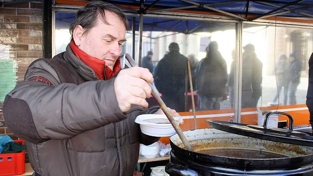 GULÁŠOVÉ POLÉVKY navařili kuchaři v pivnici U Štěpána 250 porcí; během odpoledne většinu rozdali.