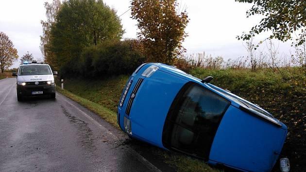 ŘIDIČ auta, které havarovalo v pátek dopoledne u Broumova, byl převezen s lehkým zraněním do nemocnice.
