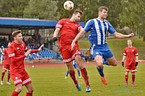V posledním duelu Tachova (v červeném) na půdě Domažlic v ČFL zvítězili tachovští fotbalisté 3:2. Jen tři hráči jejich sestavy tehdy někdy v předchozích sezonách neoblékali dres soupeře.
