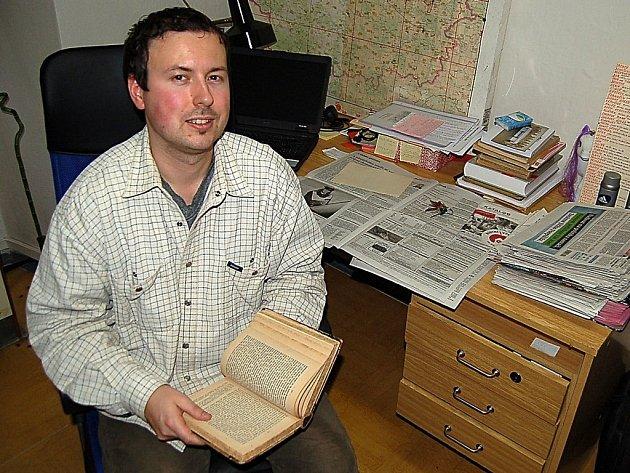 ŠTĚPÁN ČADEK se věnuje už třetím rokem mapování kulturního dědictví na Tachovsku. Náš objektiv ho zachytil u pracovního stolu s knihou o historii Tachova. Je psána švabachem a v německém jazyce. I ona mu slouží jako zdroj informací při práci historika.