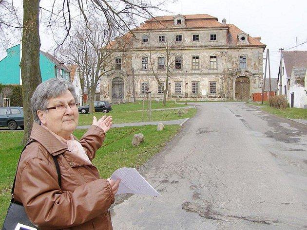 Starostka Cebivi Zdeňka Řezníčková ukazuje objekt, který je prý ostudou jejich obce.