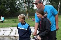 ZÁVODNÍK a zároveň i vítěz soutěže Jan Štýbr z Tachova ukazoval dětem, co všechno je k ovládání potřeba. Dával jim cenné rady.