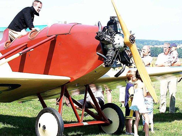 Jako první přistála Avia BH1 pilotovaná Marcelem Sezemským, hned za ní dosedla Avia BH5, se kterou letěl Milan Mikulecký (snímek).