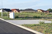 Dokončená komunikace v nové lokalitě pro rodinné domy. Ilustrační foto.