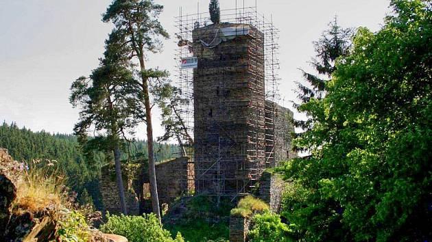 Hrad Gutštejn v době, kdy věž měla kolem sebe lešení.