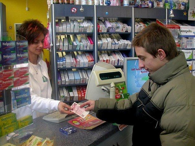 Nemocní z tachovského regionu se snaží lehká onemocnění vykurýrovat sami. Pomáhá jim k tomu i volný prodej léků, kterého pacienti využívají hojně a někteří si  z léčiv doma dokonce dělají zásoby.