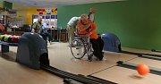 Vozíčkáři se v Tachově schází pravidelně, v pátek hráli bowling.