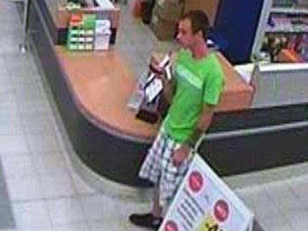 Poznáte pachatele? Kradl v tachovském hypermarketu v Sokolovské ulici.