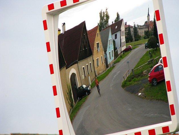 Z Chodské do Výškovské ulice je už lépe vidět. Umístění nového zrcadla by mělo přispět k větší bezpečnosti řidičů.