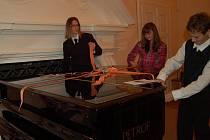 Symbolické stuhy přestřihli žáci hudebního oboru.
