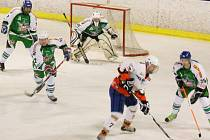 STŘÍBRO ZVÍTĚZILO. Hokejisté HC Stříbro 06 (v zelenobílých dresech) porazili v tomto utkání soupeře z Čechie Příkosice 5:3.