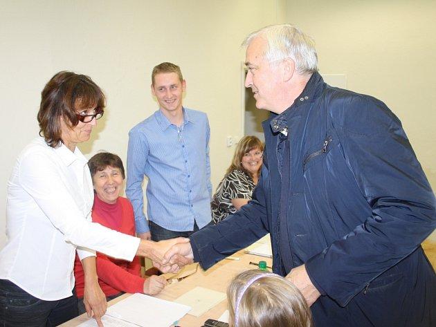 Jan Volný volil v pátek večer v Chodové Plané.