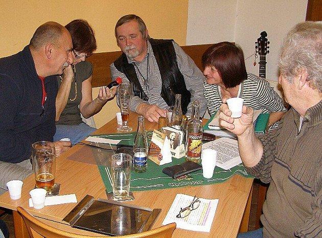V restauraci U Koruny v Kladrubech se sešli příznivci medových produktů.