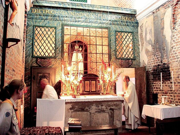Loreta v Boru prodělává různé opravy již několik let. Například hlavní oltář na snímku byl restaurován v roce 2000. Letos obdržela farnost milion na opravu fasády.