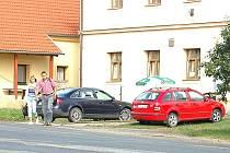 NÁVES V OŠELÍNĚ ZEJE PRÁZDNOTOU. Někteří  místní občas zajdou do místního koloniálu pro to, co si zapomněli koupit ve městě.