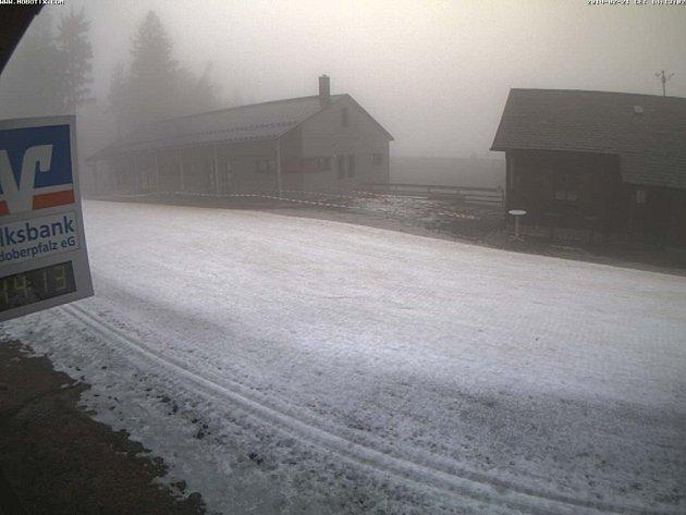 Bavorské zimní středisko Silberhütte, jak ho zachytila webová kamera v pátek odpoledne. Roztávají zbytky posledního sněhu.