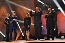 Starosta Sboru dobrovolných hasičů Staré Sedliště Jiří Vacek (se zdviženýma rukama) se raduje z vítězství sboru v jedné z kategorií ankety Dobrovolní hasiči roku.