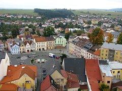 Pohled na okresní město Tachov z lešení u věže kostela Nanebevzetí Panny Marie.