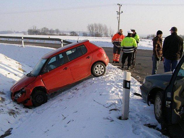 V pondělí se na křižovatce silnic z Kladrub do Ostrova střetla dvě osobní vozidla.