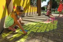 Děti oživují prostory v okolí infocentra.