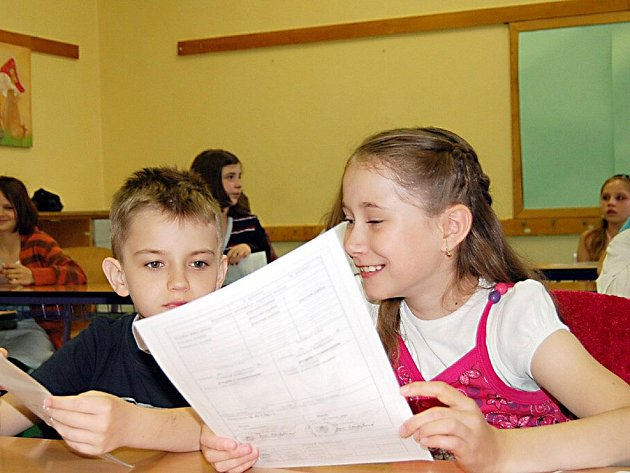 VYSVĚDČENÍ.  Přimdští čtvrťáci Dan Vyleta a Lenka Freislebenová (na snímku) si vzájemně prohlížejí vysvědčení. Spokojení byli nakonec oba.