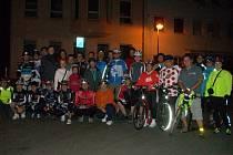 Tachovští koloběžkáři a cyklisté podnikli v pátek večer dobrodružnou vyjížďku.