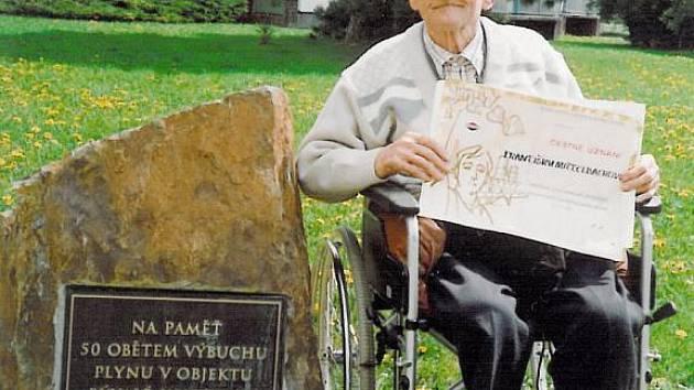 U PAMÁTNÍKU OBĚTEM VÝBUCHU. František Mittelbach má na neštěstí dodnes živé vzpomínky.