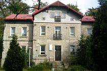 Současná podoba bývalého loveckého zámečku v samotě zvané Ostrůvek.