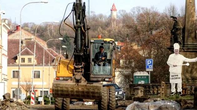 STAVEBNÍ FIRMA z Chodové Plané má, podle obchodníků, nízkou produktivitu práce. Město se ale stavařů zastalo.