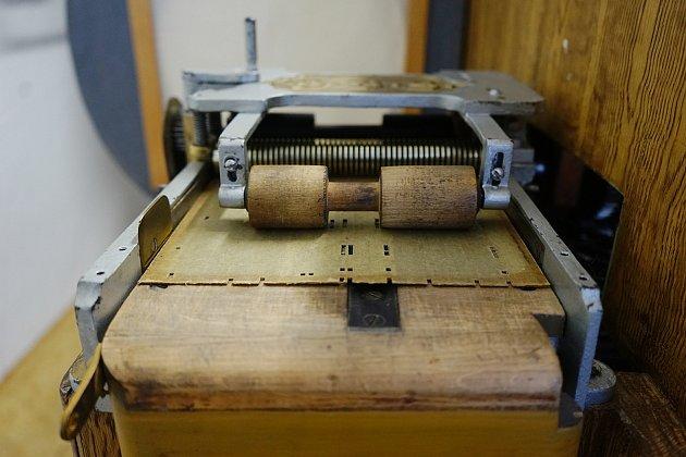Velkou raritou Orchestrionu vTachově je systém přehrávání. Místo klasických válečků jsou zde použity kartonové destičky.