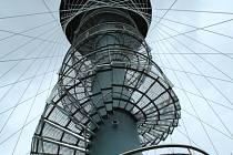 ROZHLEDNA na vrchu Vysoká nad Tachovem byla otevřena před rokem. Je vysoká 28,7 metru, vyhlídková plošina je ve výšce 25,2 metru. K vyhlídkovému ochozu vede 144 schodů. Rozhledna je přístupná každý den, v období od října do března je to denně od 8 do 18 h