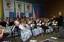 SPOLEČNÝ HUDEBNÍ PROJEKT. František Kratochvíl diriguje společný orchestr na koncertu ve Waidhausu. Druhý společný koncert bude tuto neděli ve stříbrském kině.