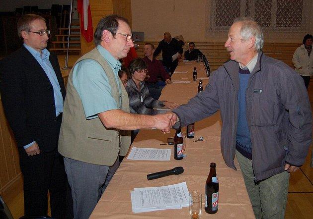 Právě zvolený starosta Ctirad Hirš (vlevo) přijímá gratulace spoluobčanů.