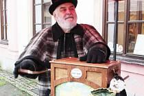 DO PLANÉ ZAVÍTAL FLAŠINETÁŘ JAN ROHÁČ. Ke hře  používá nástroj vyrobený renomovanou varhanářskou firmou a tento  flašinet reprezentoval um českých varhanářů na světové výstavě Expo 2010 v Číně.