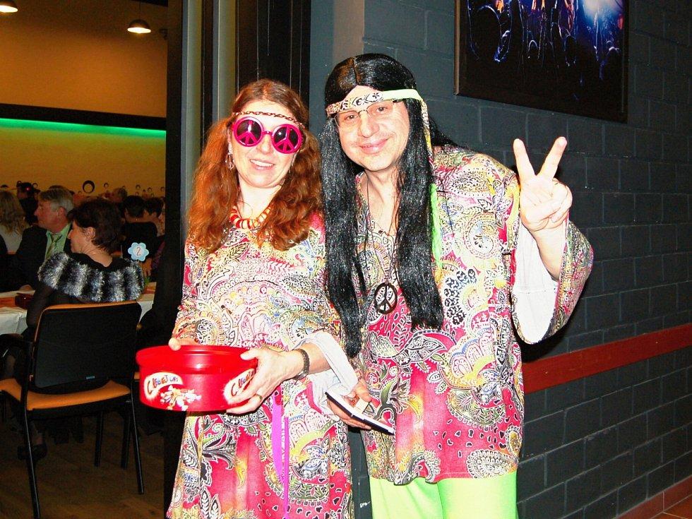 Obecní ples v Konstantinových Lázních se v lednu 2017 odehrál ve stylu hippies.