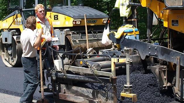 U Pernolce opravují silnici i křižovatku.