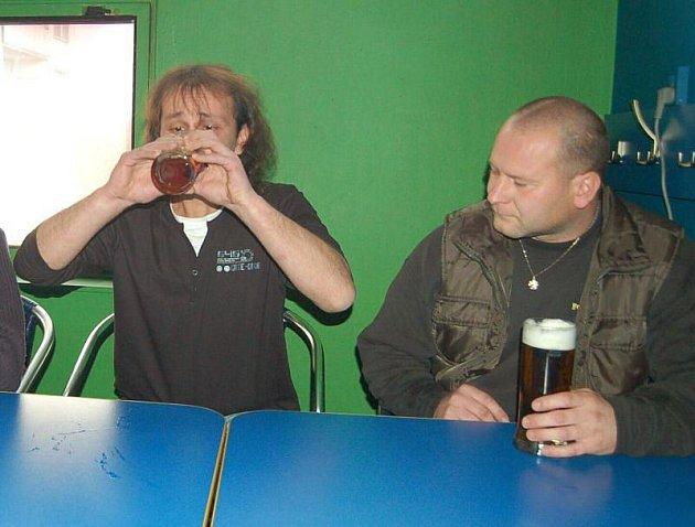 Družstva soutěžila v pití piva