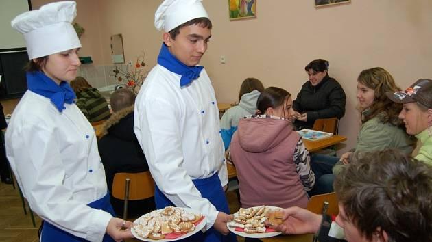 Markéta Hesová (na snímku vlevo) a Lukáš Berky z prvního ročníku nabízeli přítomným vlastní výrobky.