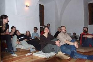 VZDĚLÁVACÍ DISKUSE při Schólé v Holostřevech jsou neformální. Snímek je z jarní Schólé roku 2008.