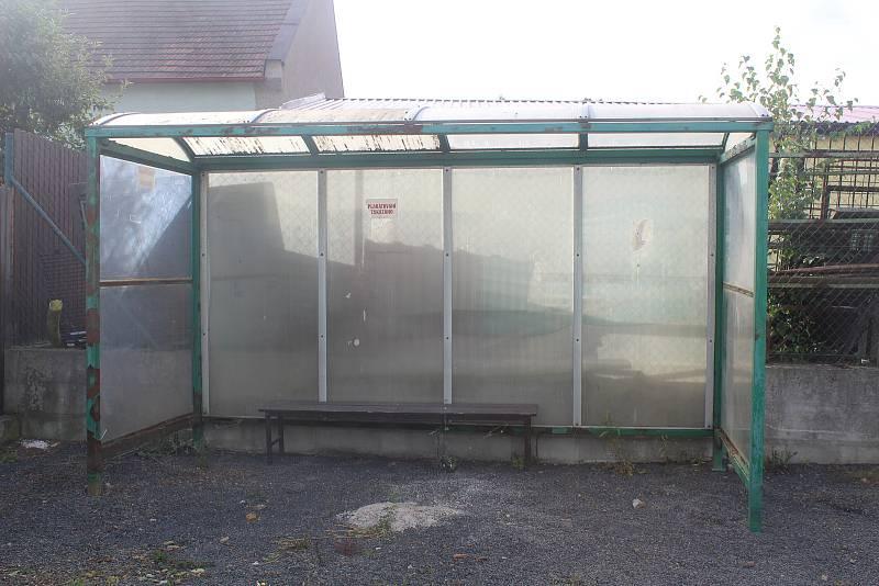 Obec nabízí staré zastávky k prodeji.