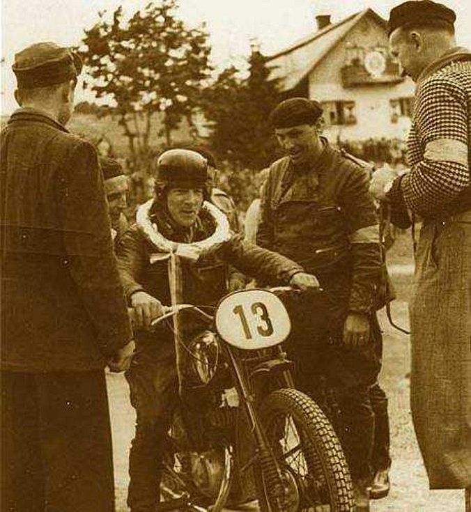 Vladimír Houška v roce 1949 po vítězství na domácí trati ve Stříbře v kategorii do 125 ccm junior. Foto: archiv Miloslava Součka.