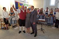 ZLEVA NĚMECKÝ DIRIGENT Hermann Mack, konferenciérka Kateřina Moravcová a český dirigent František Kratochvíl.