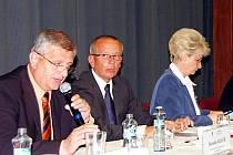 Náměstek hejtmanky pro dopravu Jaroslav Bauer (zcela vlevo)starosty informoval, že tachovský region patří mezi okresy, které mají nejhorší silnice v rámci Plzeňského kraje.