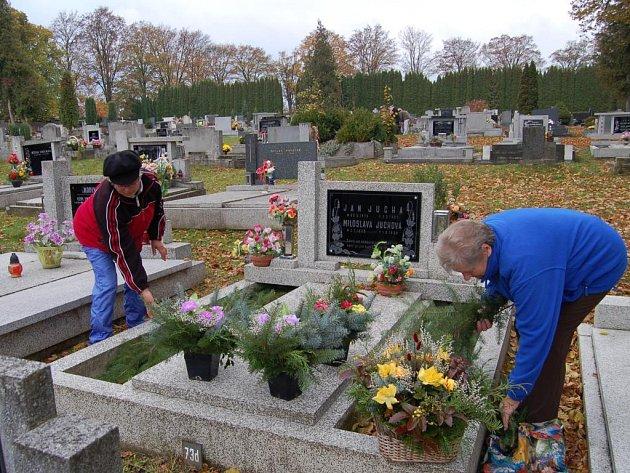Už tento víkend lidé zavítali na hřbitovy, aby zapálili svíčku a poklidili. Rodinou hrobku přišly nazdobit i Marie Potůčková (zleva) a Nina Honzíková