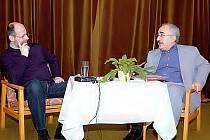 Yekta Uzunoglu (vpravo) při besedě v Tachově . Vlevo moderátor večera Petr Vaďura.