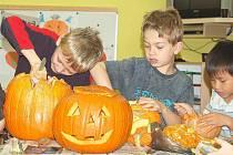 DĚTI VYRÁBĚLY MASKY. Středeční dopoledne v dužině Základní školy Kostelní patřilo dětem a výrobě strašidelných masek, které děti vydlabávaly z dýní.