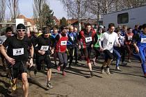 BĚH PŘES PEPÍKOVO LÁVKU. Více než padesát závodníků a závodnic se ve Stříbře postavilo na start Běhu před Pepíkovo lávku.