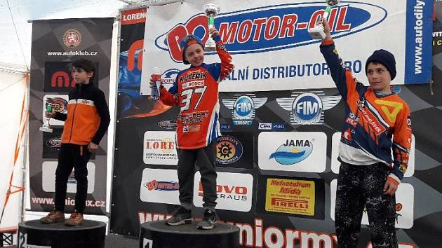 Mladý stříbrský motokrosař Dominik Kučeřík má za sebou první dva závody, ten v Horažďovicích vyhrál.