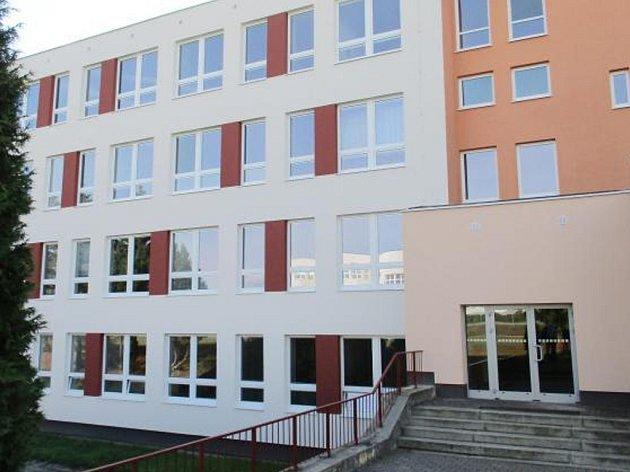 ZATEPLENÍ ŠKOLY je dokončeno, vyměněno bylo 426 oken.