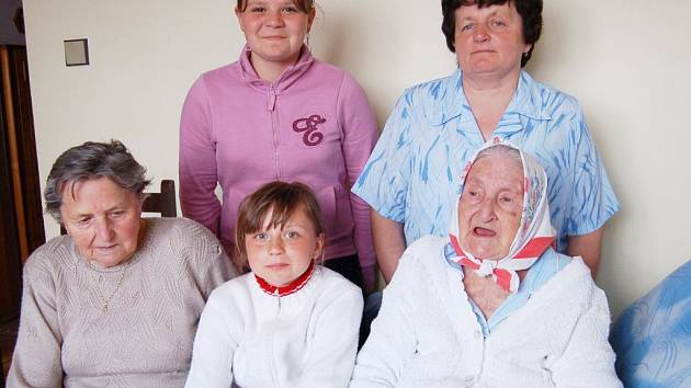 Oslavenkyně (vpravo dole) se svými blízkými. Nahoře vlevo dvanáctiletá prapravnučka Jana Soulková, vedle ní sedmapadesátiletá vnučka Anna Alexová. Dole vlevo sedmasedmdesátiletá dcera Anna Kozáková a uprostřed devítiletá prapravnučka Adéla Soulková.